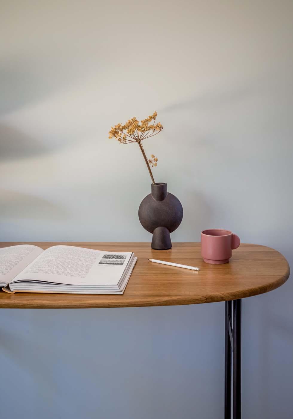Antoinette desk walnut detail
