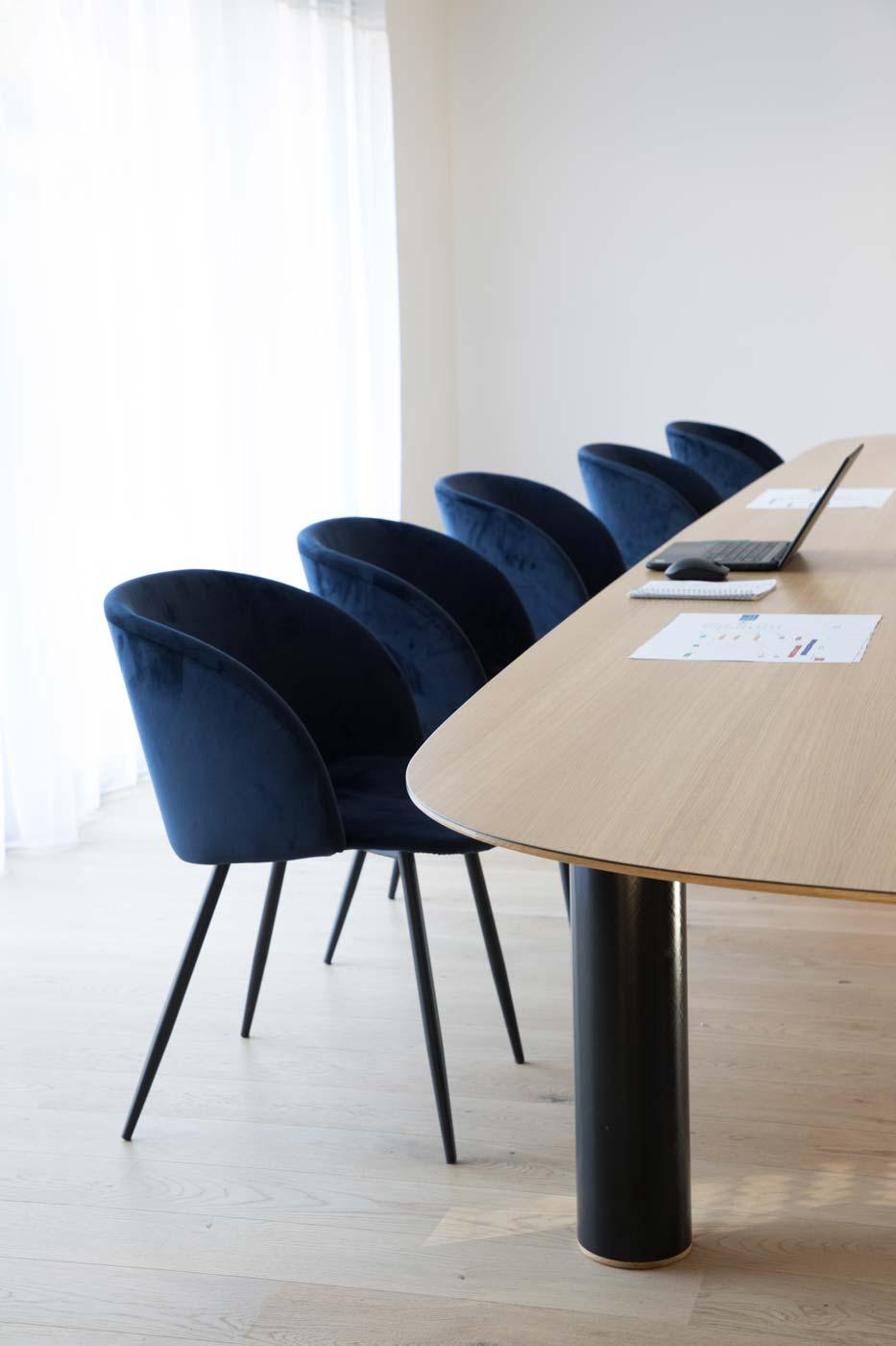 Pilotis Bassin meeting table